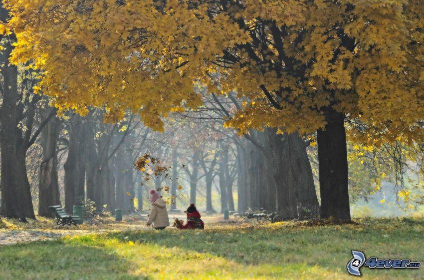 Kinder, gelber Baum