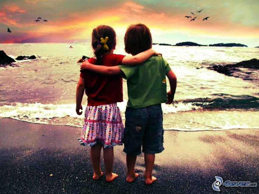 Kinder am Strand, freundliche Umarmung, Meer
