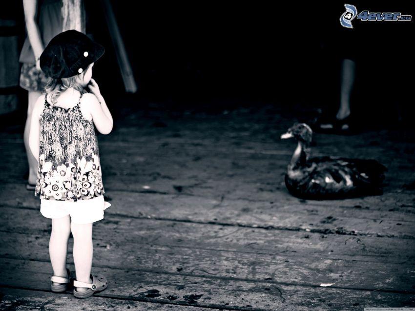 Mädchen, Ente, schwarzweiß