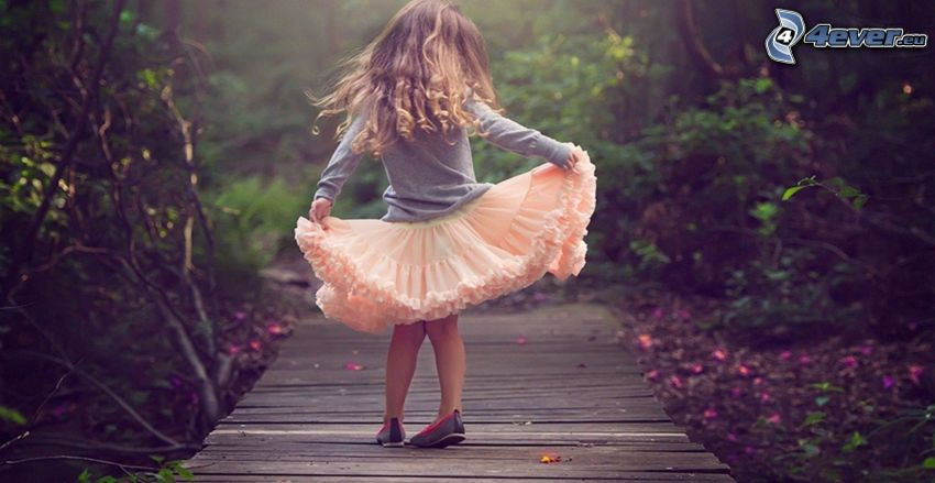 Mädchen, Holzbrücke im Wald