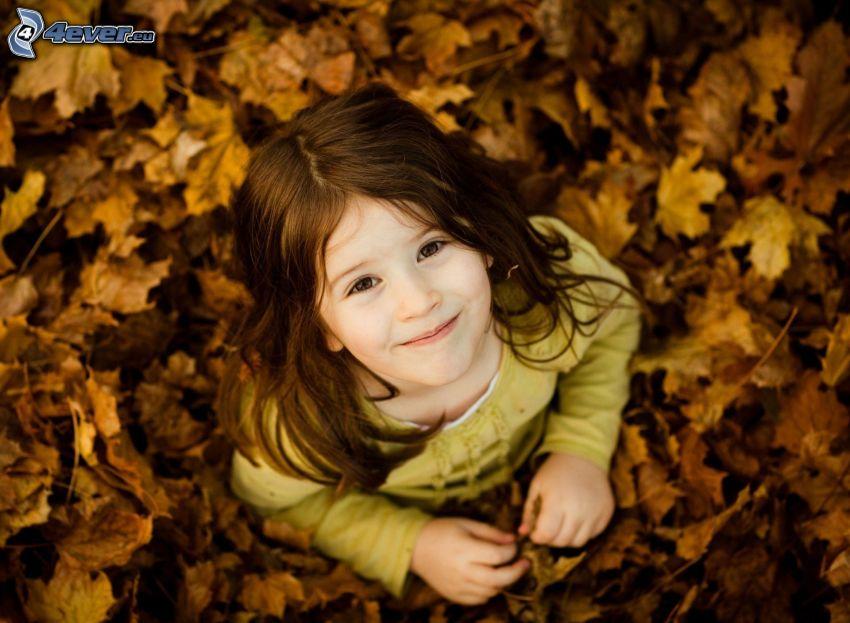 Mädchen, trockene Blätter