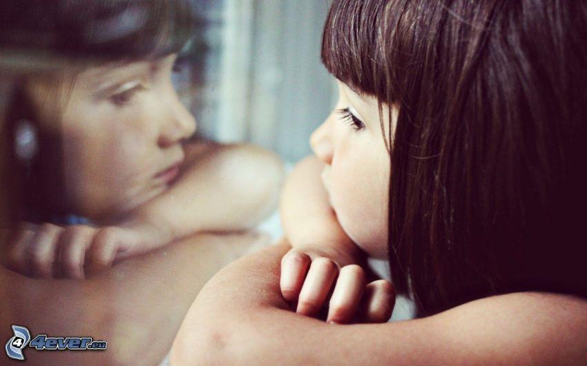 trauriges Mädchen, Spiegelung