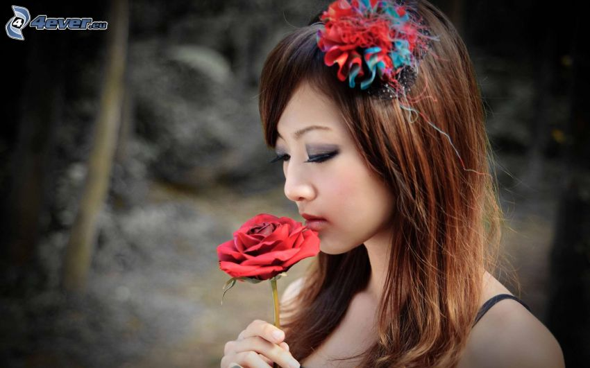 Asian Frau, rote Rose