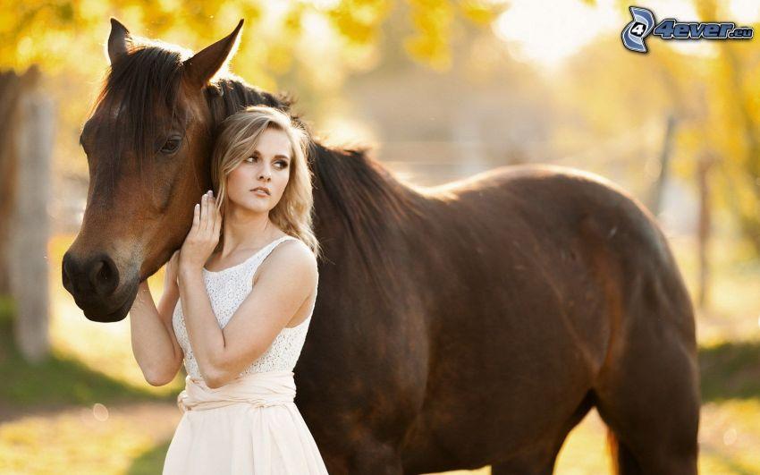 Blondine, braunes Pferd