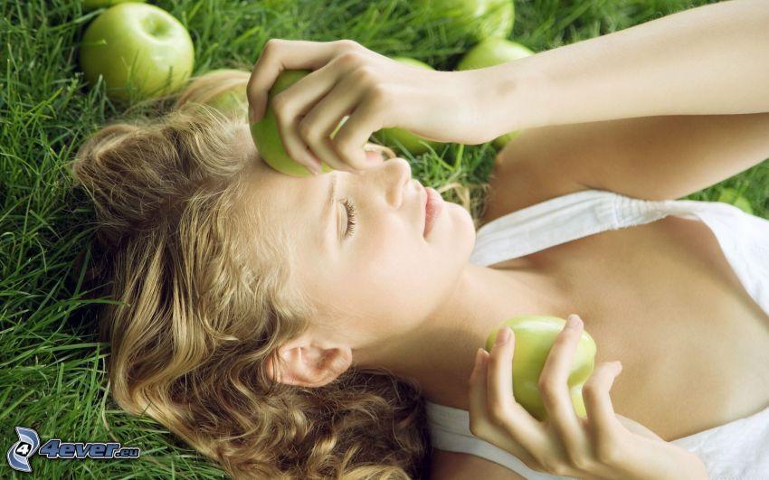 Blondine, grüne Äpfeln