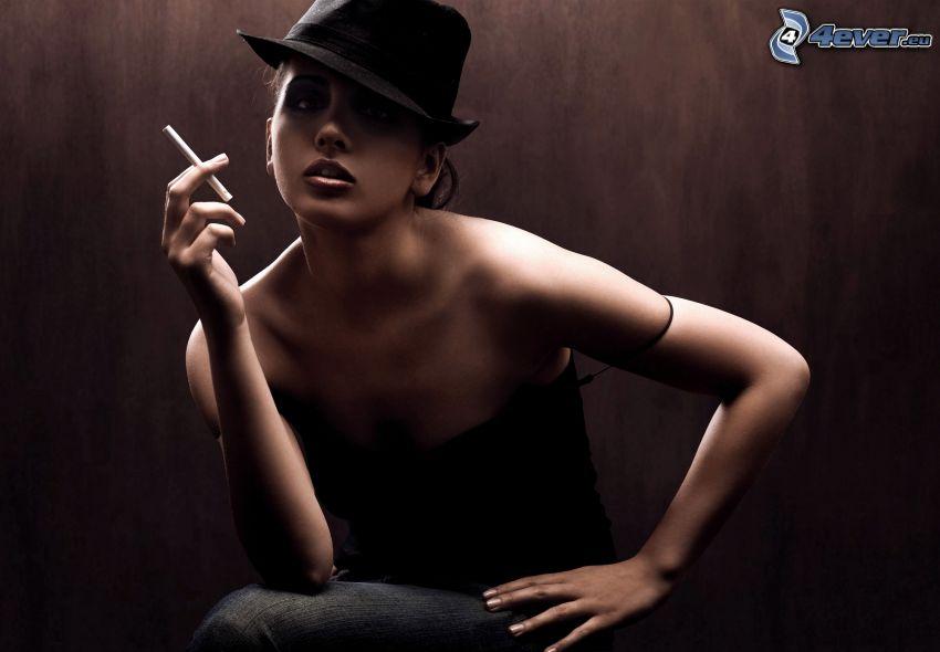 Frau in einem Hut, Zigarette