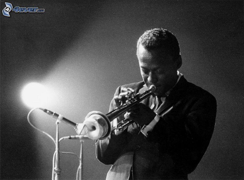Miles Davis, Trompete Spiel, Schwarzweiß Foto