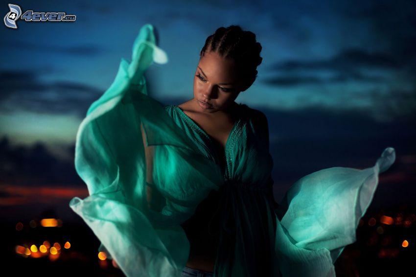 schwarze Frau, türkisfarbenen Kleid