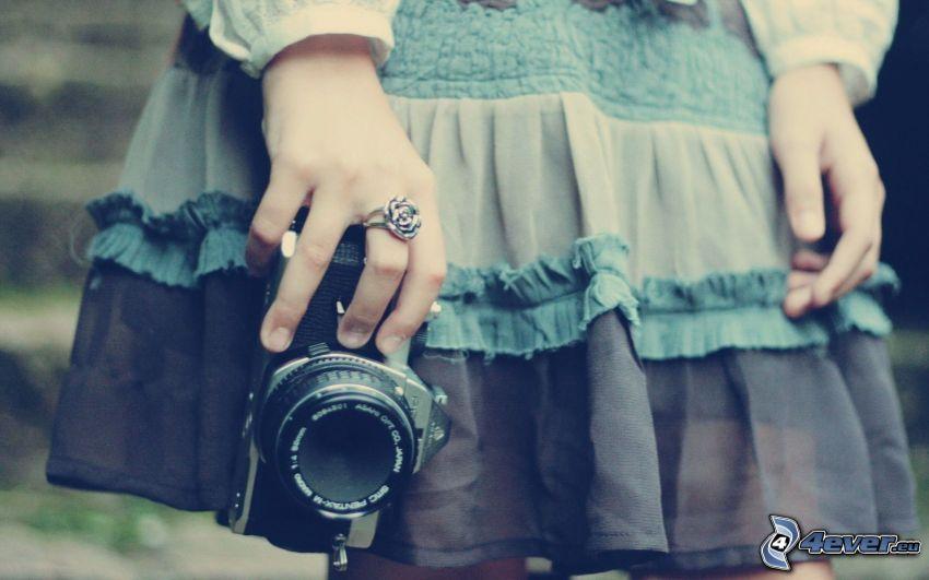 Mädchen mit Kamera, Hände