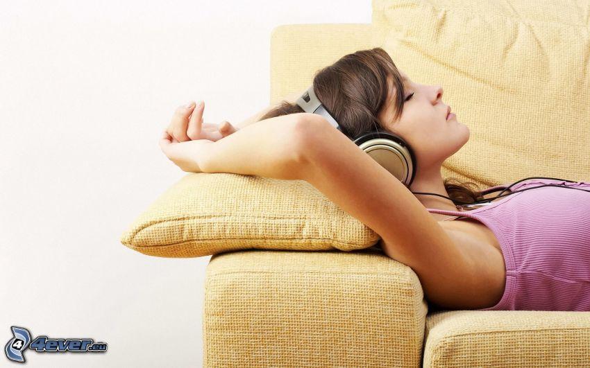 Mädchen mit Kopfhörern, Brünette auf der Couch