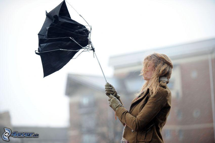 Mädchen mit Regenschirm, Wind