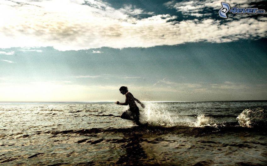 Mann im Meer, Laufen, Wolken