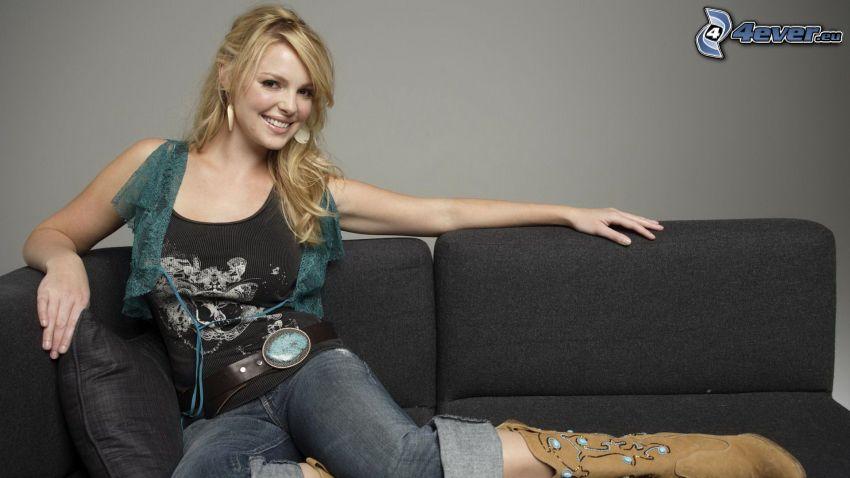 Arielle Kebbel, Lächeln, Frau auf der Couch