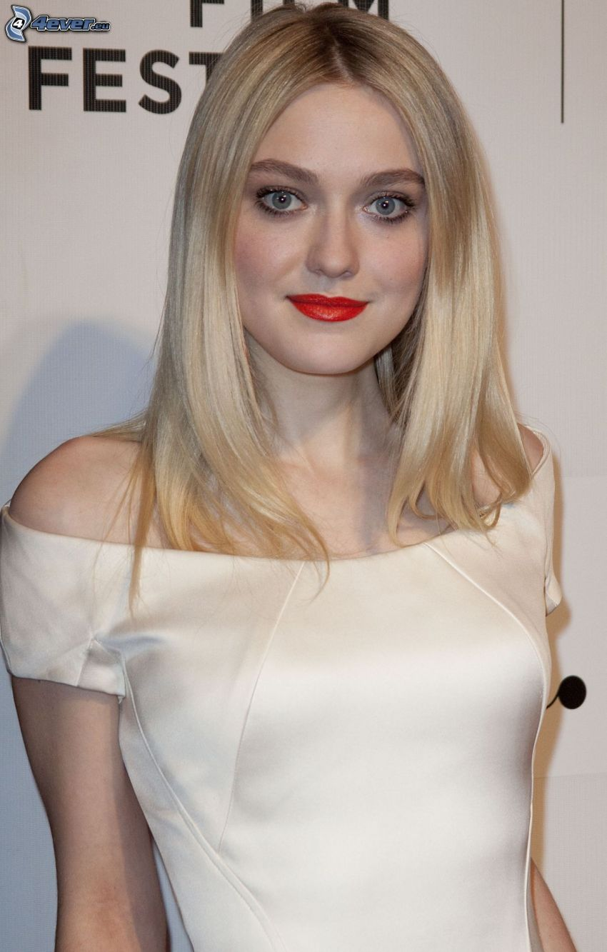 Dakota Fanning, rote Lippen, weißes Kleid