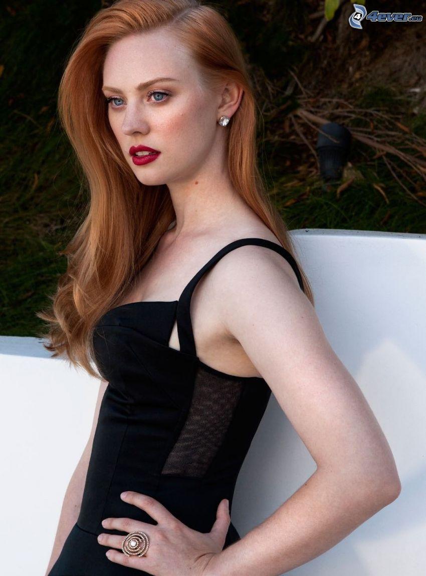 Deborah Ann, schwarzes Kleid, rote Lippen