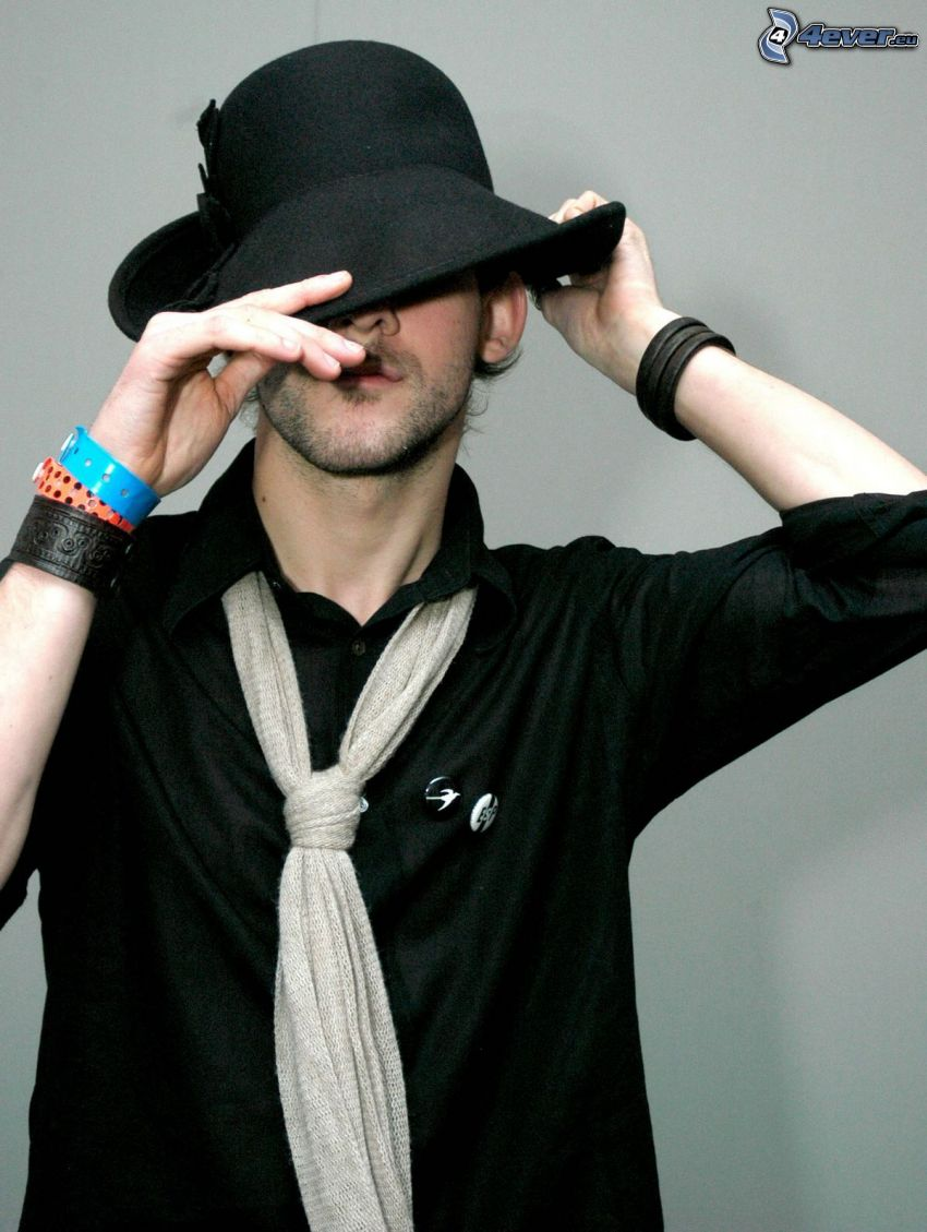 Dominic Monaghan, Hut, Armbänder