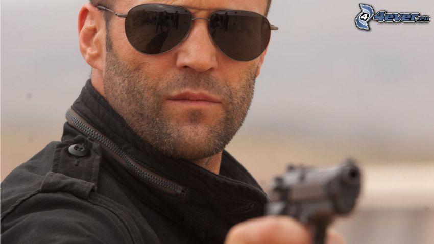 Jason Statham, Mann mit einem Gewehr