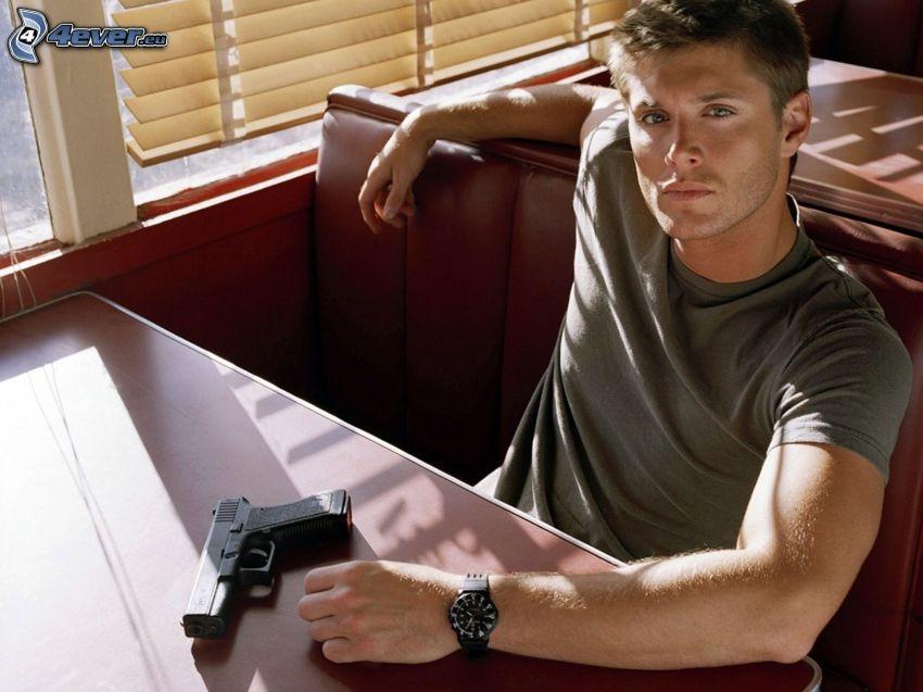 Jensen Ackles, Mann mit einem Gewehr, Pistole, Restaurant