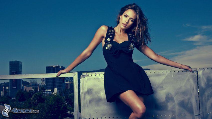 Jessica Alba, Balkon, Blick auf die Stadt