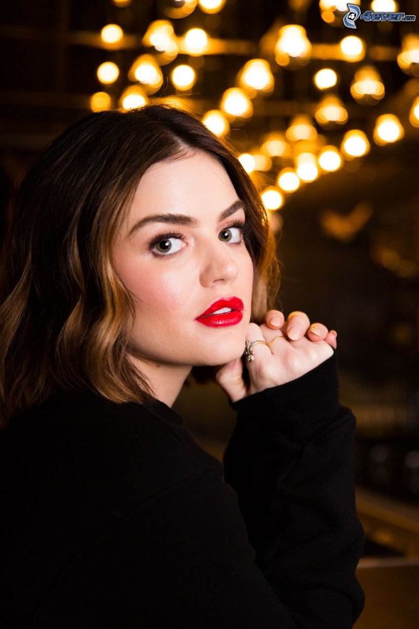 Lucy Hale, rote Lippen