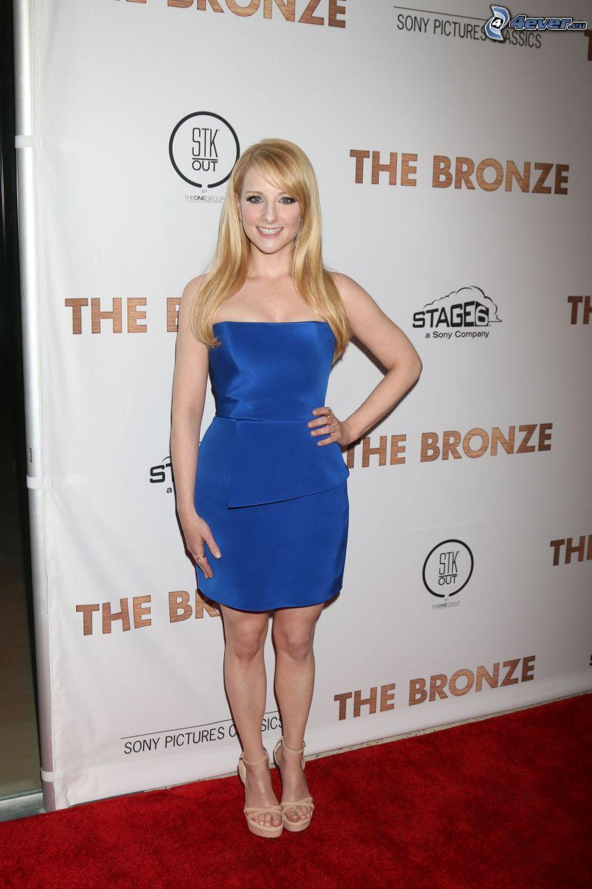 Melissa Rauch, blaues Kleid