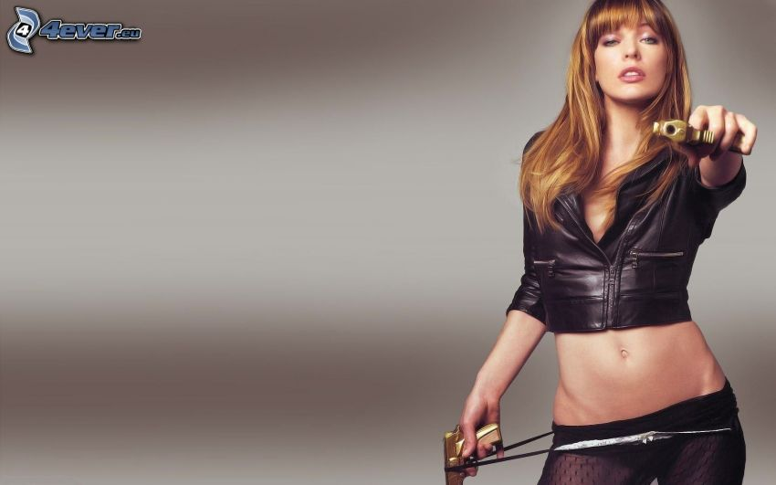 Milla Jovovich, Pistolen, Frau mit einer Waffe