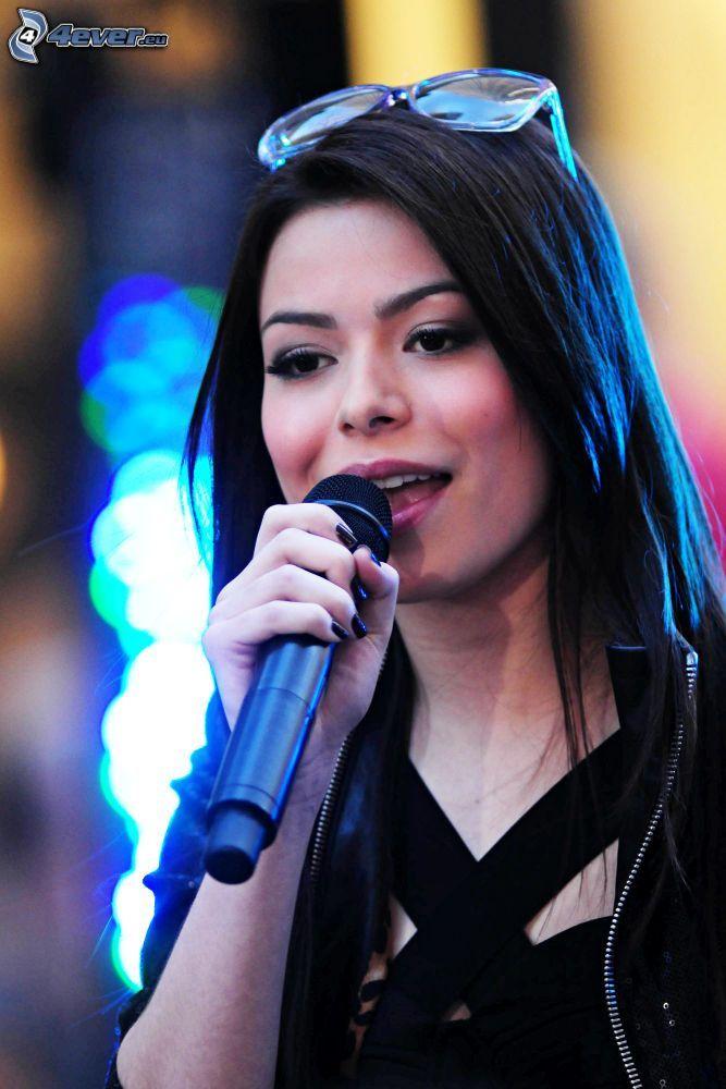 Miranda Cosgrove, Mikrofon, Brille