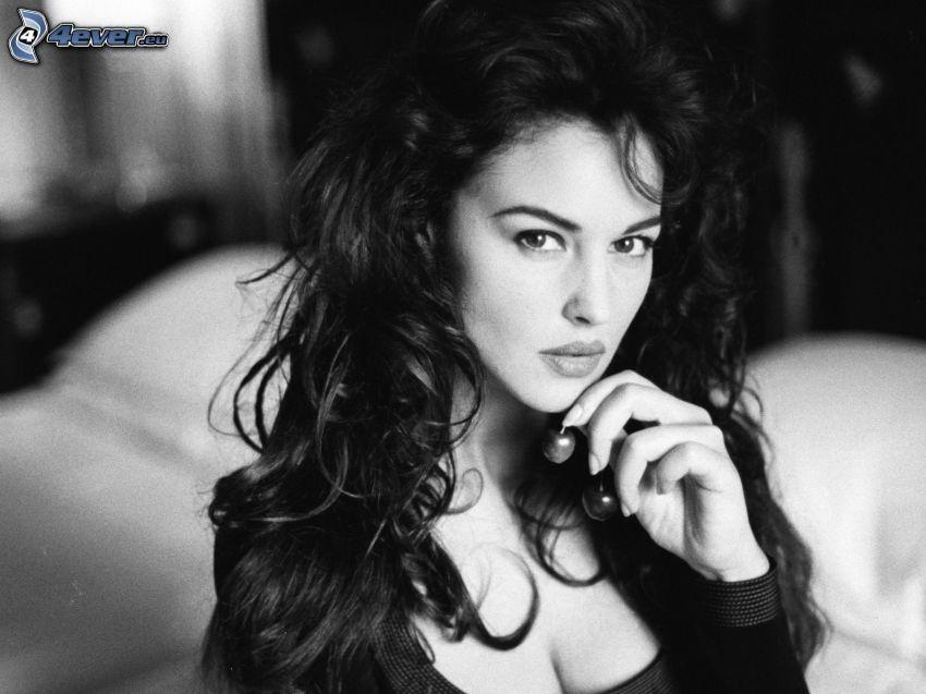 Monica Bellucci, lockiges Haar, Schwarzweiß Foto