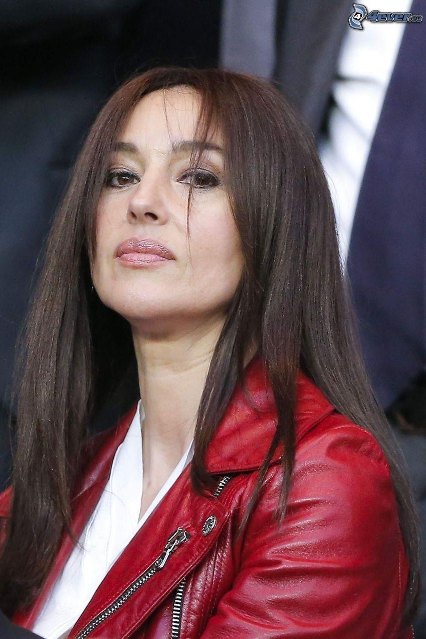 Monica Bellucci, rote Jacke, Blick