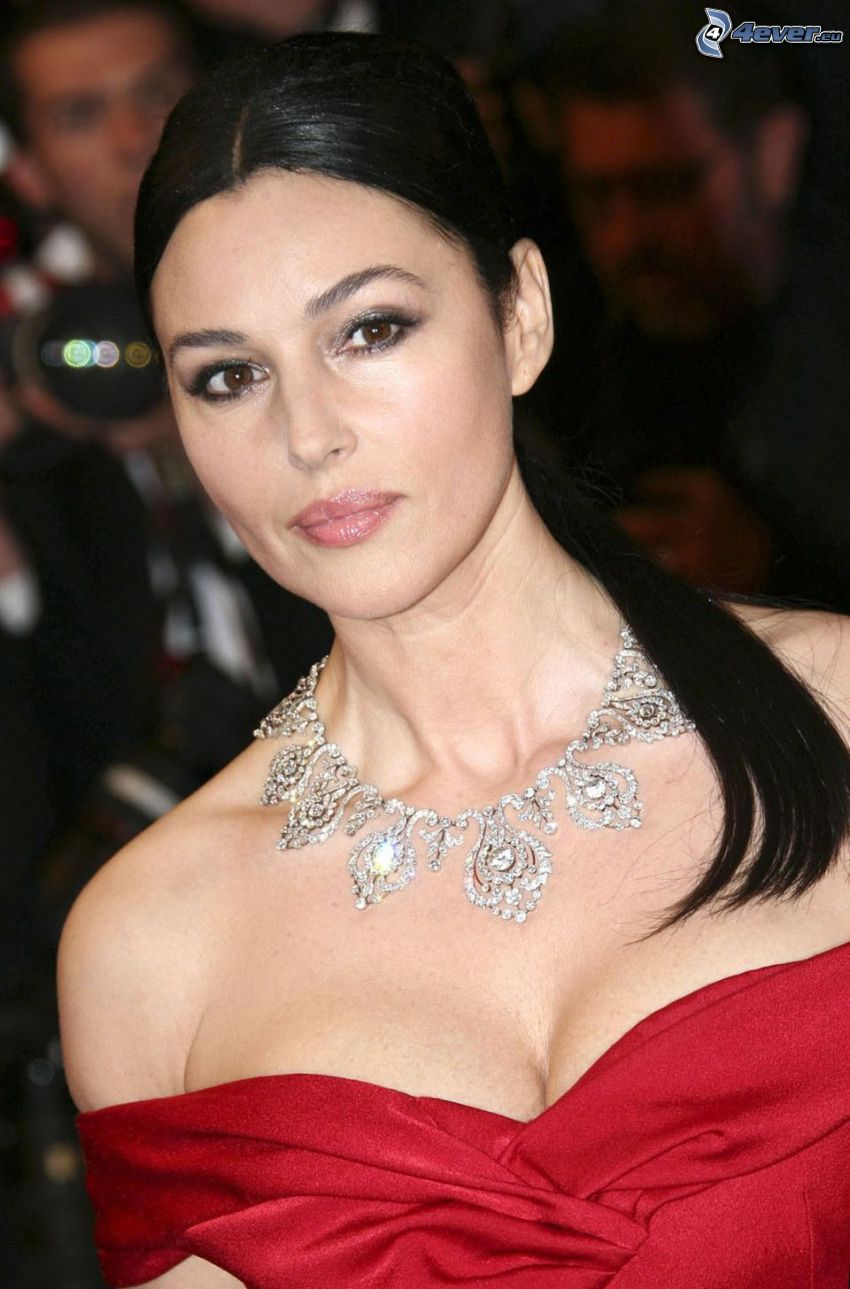 Monica Bellucci, rotes Kleid, Halskette, Pferdeschwanz