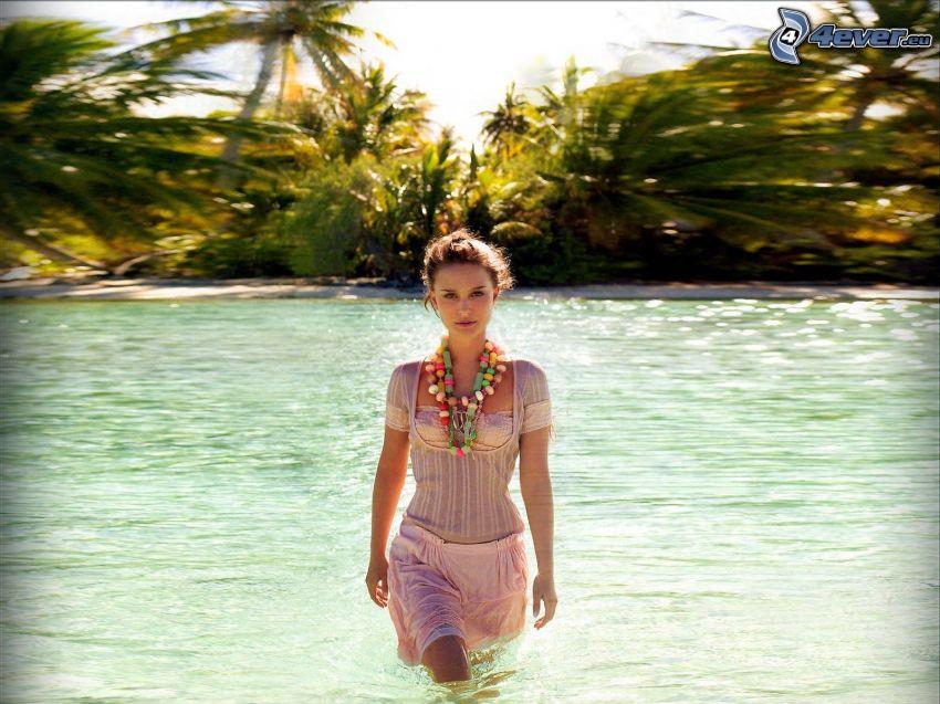 Natalie Portman, Frau im Wasser, Fluss, Palmen