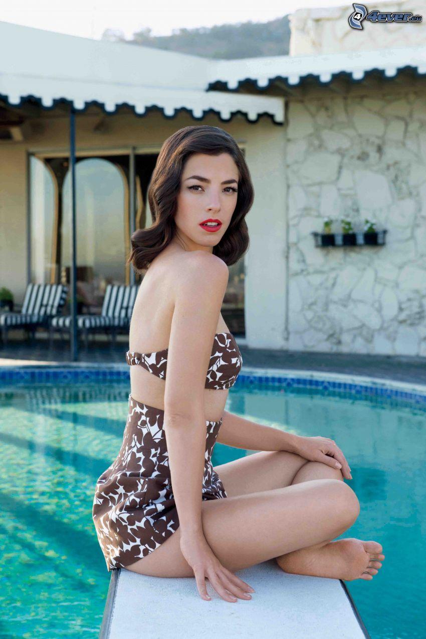 Olivia Thirlby, Frau beim Pool, rote Lippen