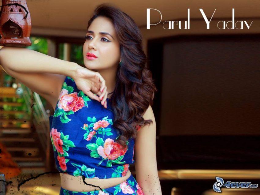 Parul Yadav, geblümten Kleid