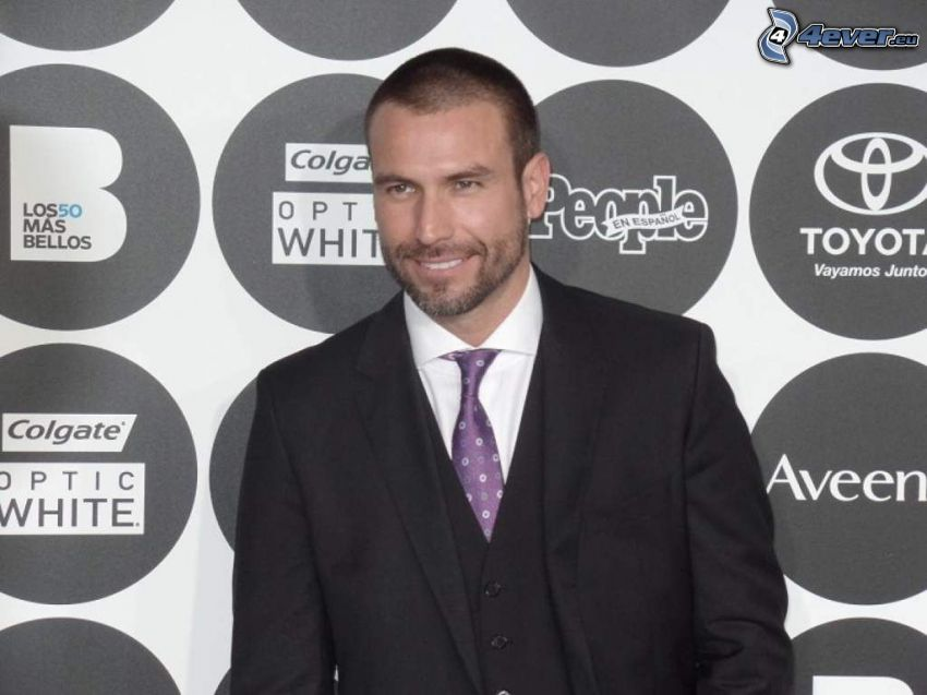 Rafael Amaya, Lächeln, mann im Anzug