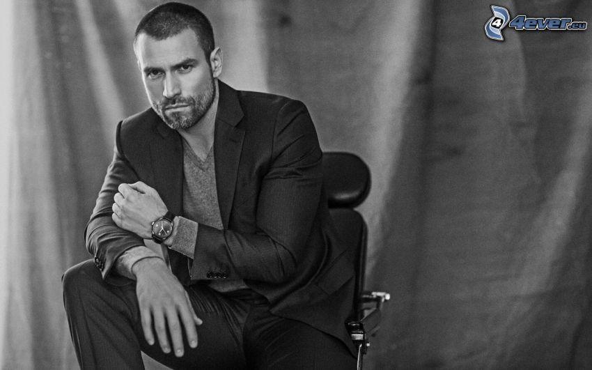 Rafael Amaya, mann im Anzug, Schwarzweiß Foto