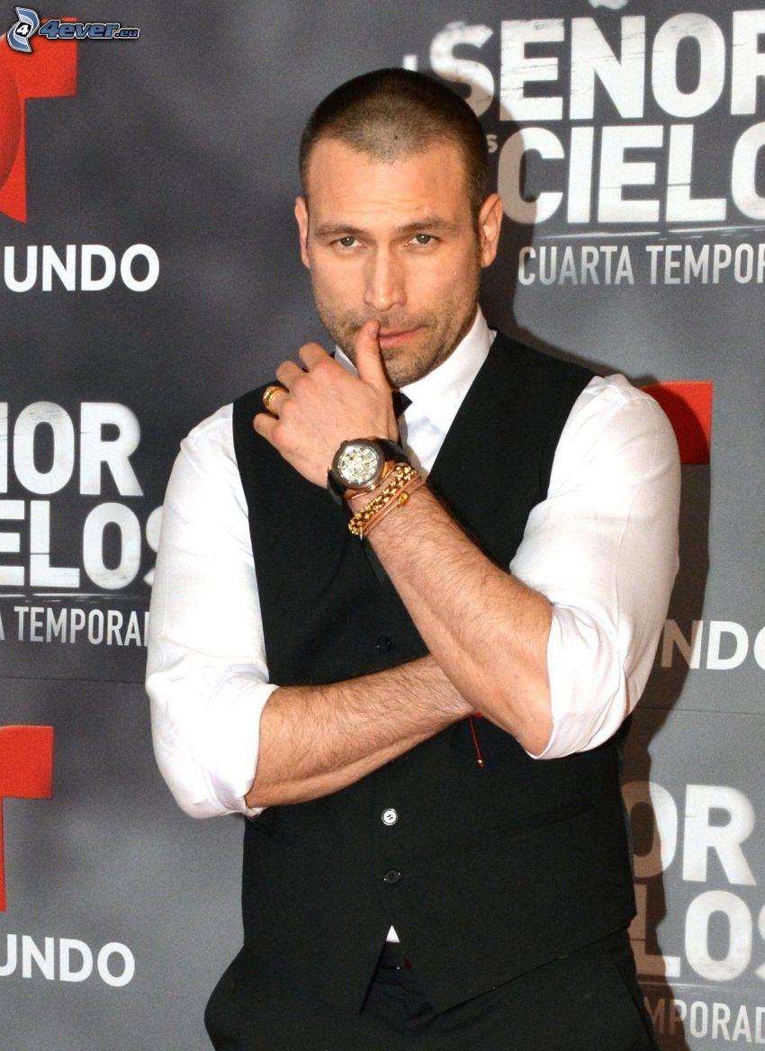 Rafael Amaya, mann im Anzug