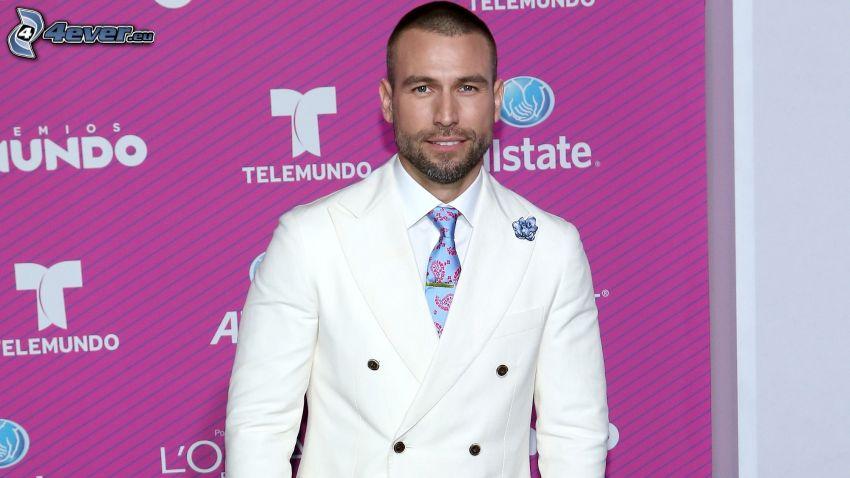 Rafael Amaya, weißer Anzug