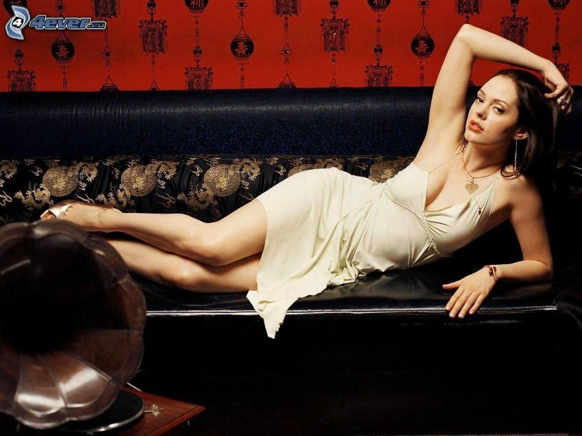 Rose McGowan, Brünette auf der Couch