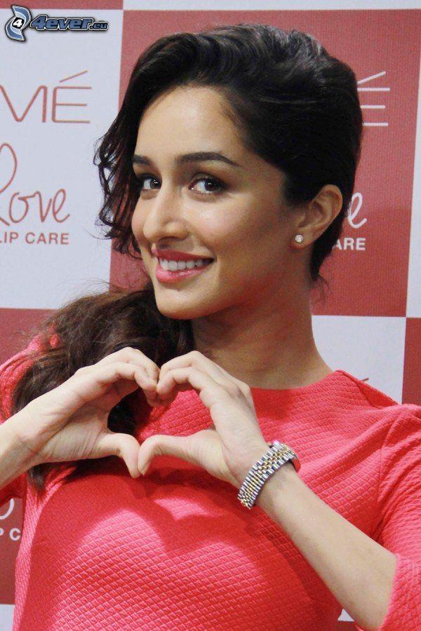 Shraddha Kapoor, Herz aus den Händen