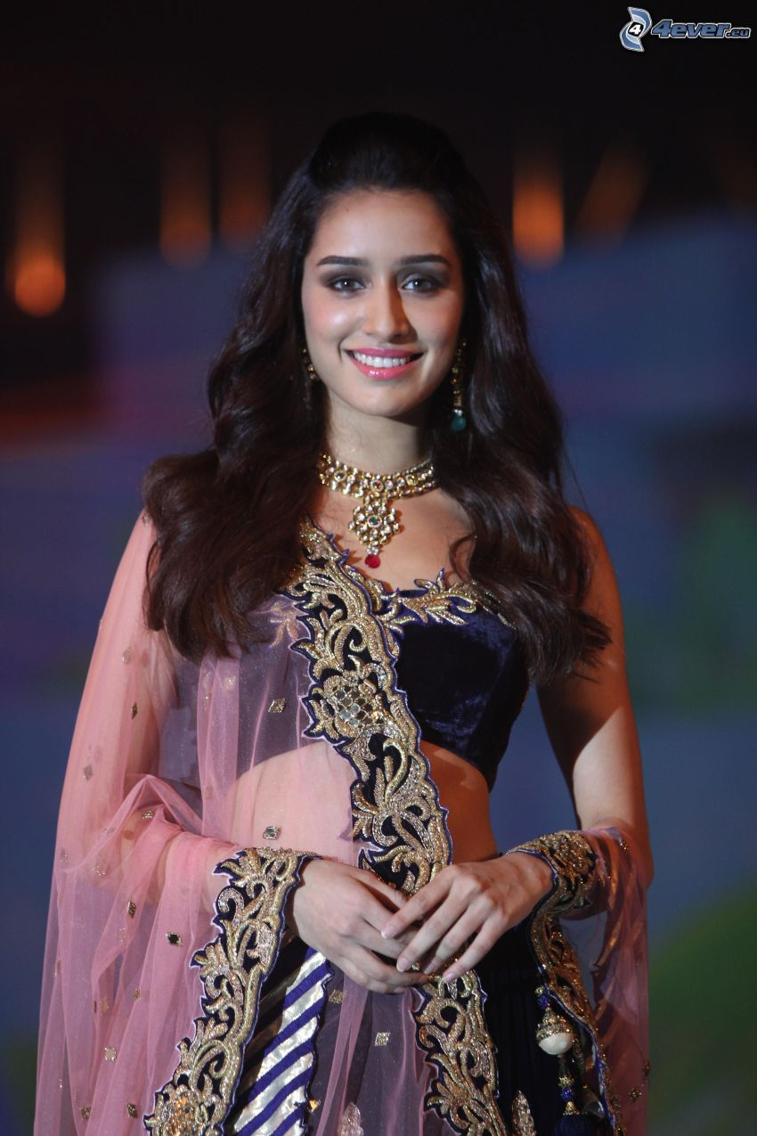 Shraddha Kapoor, Lächeln, Kleid
