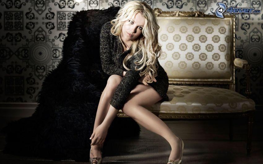 Britney Spears, Blondine auf der Couch, schwarzes Minikleid