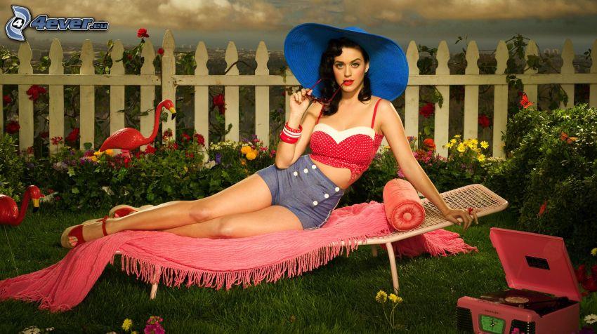 Katy Perry, Liegestuhl, Blumen, Gras