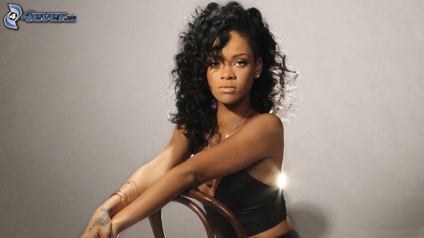 Rihanna, lockiges Haar