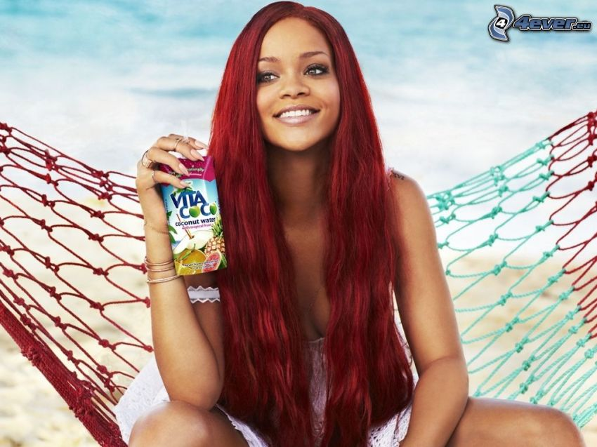 Rihanna, rote Haare, Liegestuhl