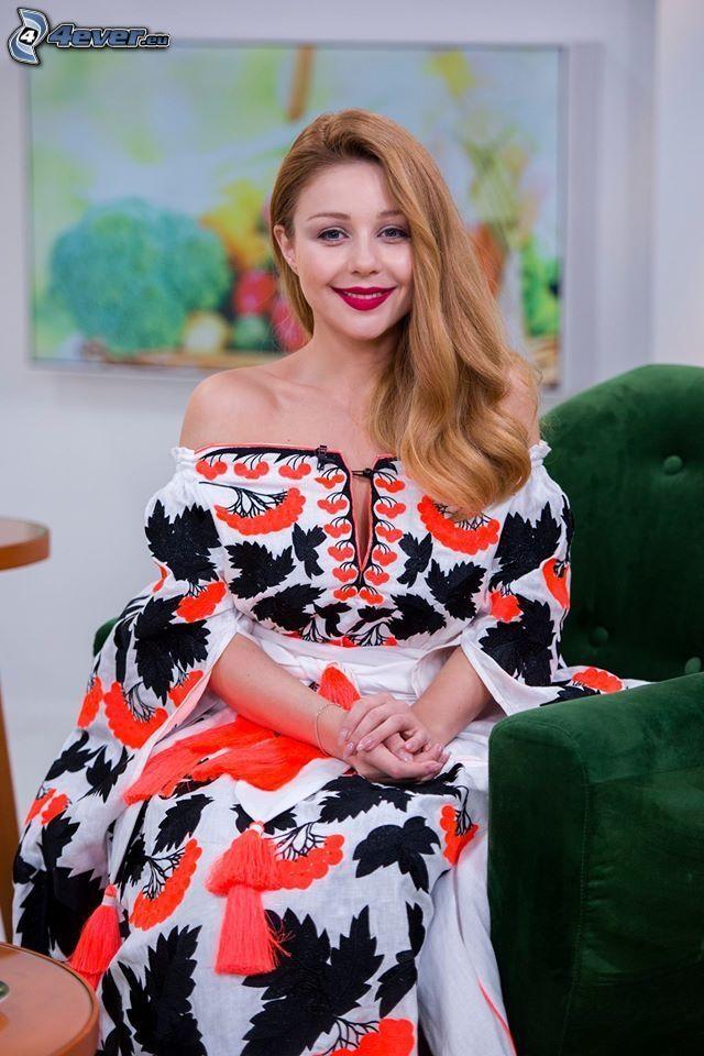 Tina Karol, rote Lippen, Lächeln, Kleid