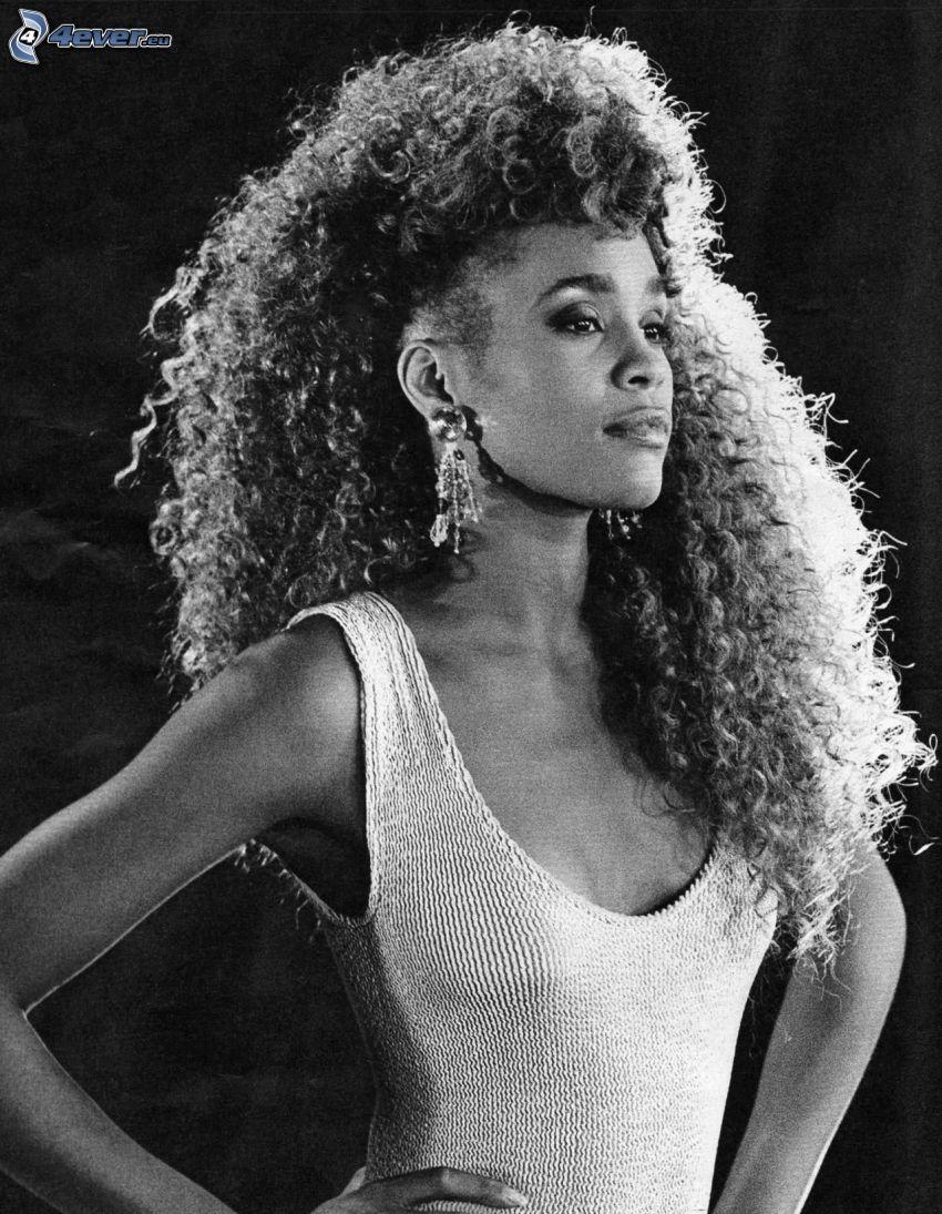 Whitney Houston, lockiges Haar, Schwarzweiß Foto