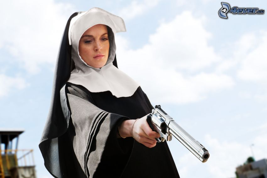 Nonne, Frau mit einer Waffe