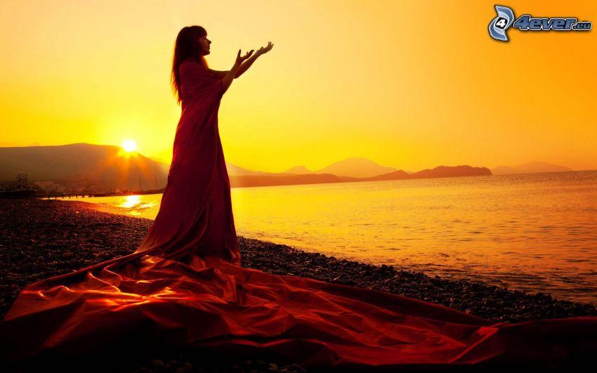 silhouette der Frau beim Sonnenuntergang, Strand, Meer, gelb Himmel