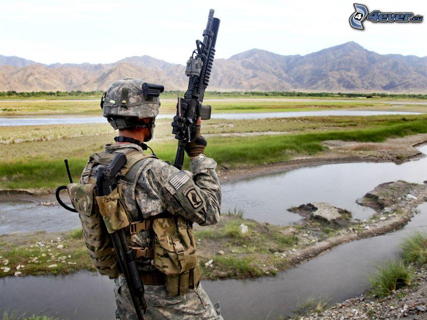 Soldat mit einem Gewehr, Berge, Bach