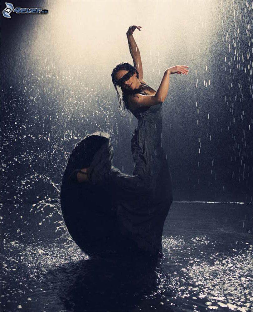 Tanz im Regen, schwarzes Kleid, nasse Frau